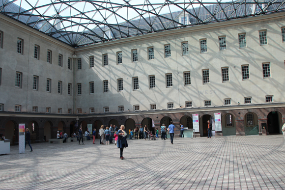 O pátio principal com seu teto moderno.