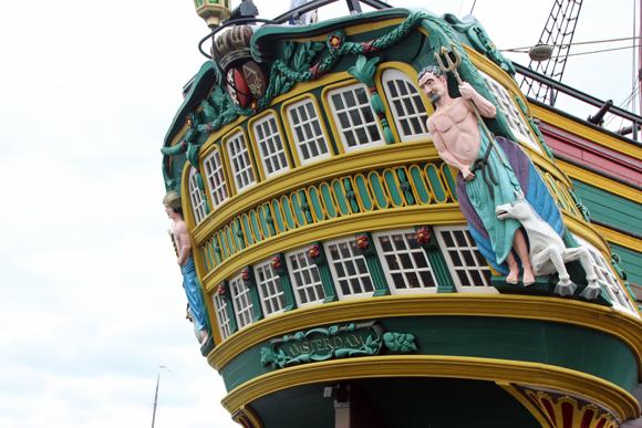 Detalhe para os enfeites na popa do navio.