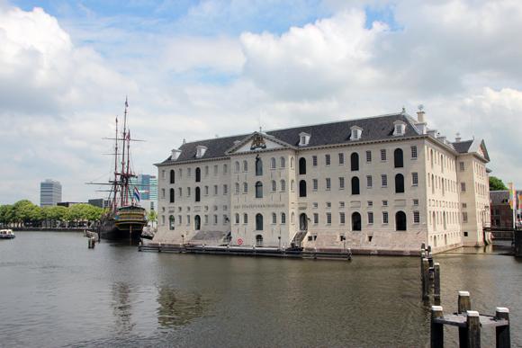 O Het Scheepvartmuseum tem uma atração imperdível do lado de fora...
