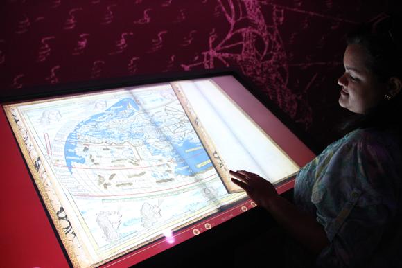 Os atlas podem ser folheados pelos visitantes, nas versões digitalizadas, é claro...