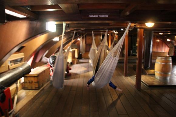 O dormitório da tripulação balançando junto às ondas do oceano...
