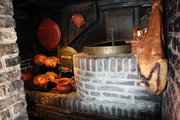 Uma cozinha completa dentro do navio...