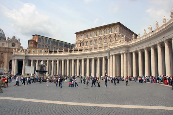 A fila acompanhando as colunatas da praça... Um bom tempo para entrar na Basílica...