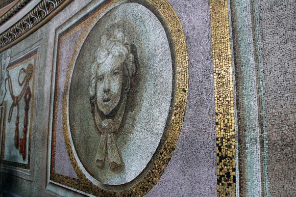 Detalhe para os mosaicos folheados a ouro...