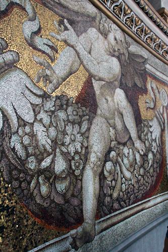 Os mosaicos formando lindos desenhos de anjos e personagens...