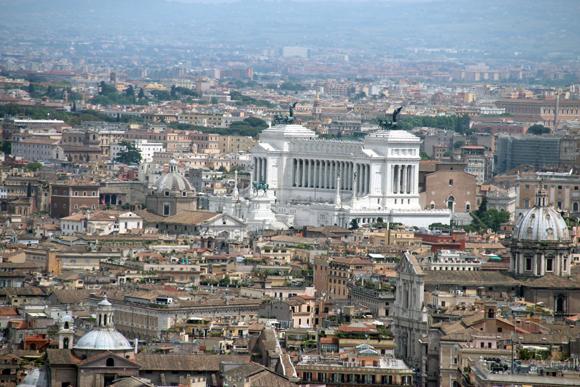 Fugindo um pouco da vista tradicional da Piaza San Pietro, olha o Vitorio Emanuele dominando os telhados de Roma...