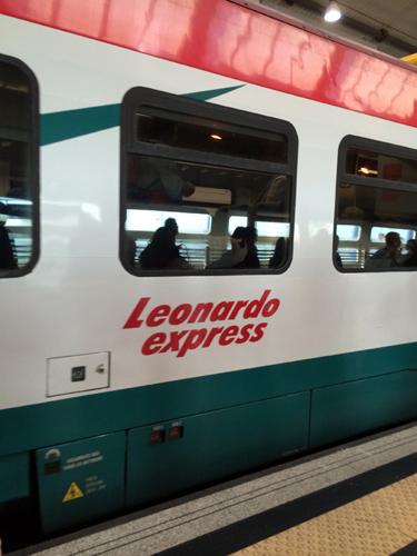 Esse é o trem Leonardo Express, para nós uma ótima experiência para chegar em Roma...