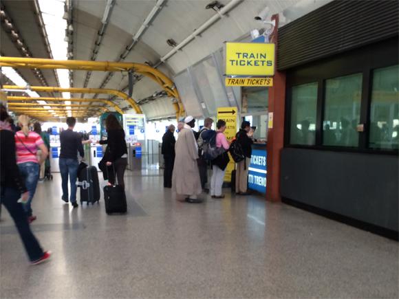 Havia fila para compra de bilhetes no guichê, por isso as máquinas de auto-atendimento foram bem convidativas...