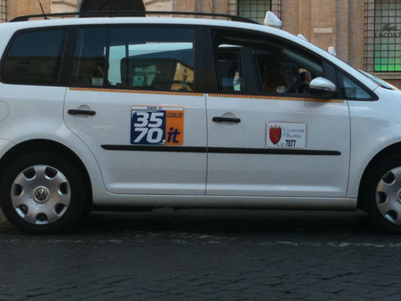 """Cuidado com os táxis clandestinos. Uma máfia muito articulada age descaradamente na cidade. Se não tiver esses adesivos identificando táxi da """"Comune di Rome"""" caia fora..."""