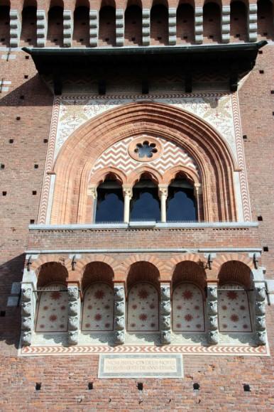 Umas janelas bonitinhas na  muralha do Castelo Sforzesco