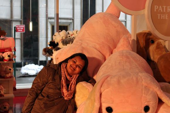 As pelúcias da FAO Schwarz. A My se encantou por esse cachorrinho rosa...
