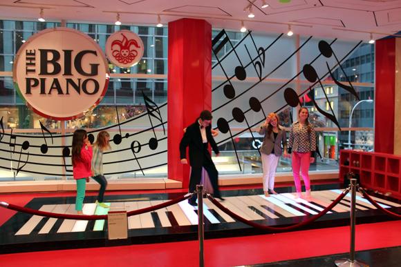 The Big Piano, um sucesso desde a década de oitenta, até hoje crianças e adultos tentam umas notas neste piano tocado com os pés.
