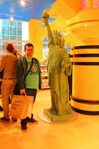 Legos dos mais diversos montados pela loja. Uma estátua da Liberdade...