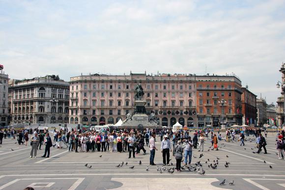 A enorme Piazza Duomo, Muita gente e muitos pombos...