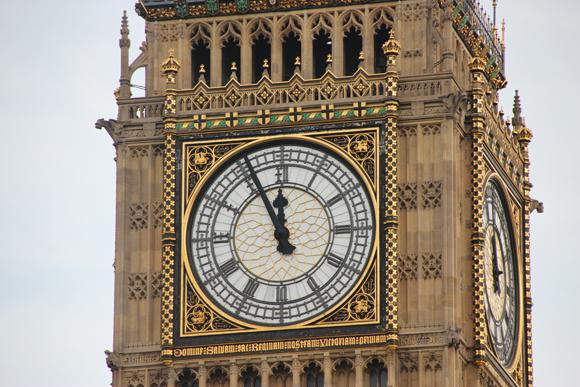 Inscrição sob o relógio, nas quatro faces: DOMINE SALVAM FAC REGINAM NOSTRAM VICTORIAM PRIMAM - Que significa: Oh Senhor, salve nossa Rainha Victoria a Primeira.