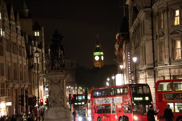 A Elizabeth Tower é vista da Trafalgar Square e os sinos são ouvidos ali como se estivesses sob eles...