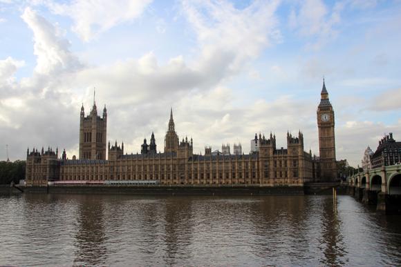 Atravesse o rio para uma vista completa do Parlamento.