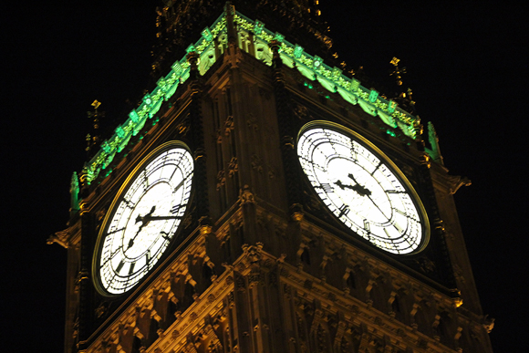 Detalhe para o relógio à noite. Durante as Guerras Mundiais o mesmo ficou no escuro para evitar ser um alvo fácil para bombardeios.