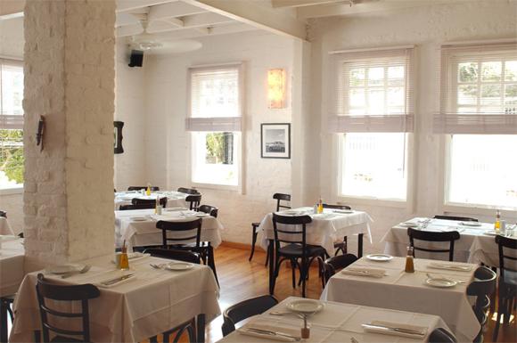 Um dos ambientes do restaurante, que também abre para almoço.  Foto do site Carlota.com.br pois evitamos tirar foto do salão para não atrapalhar a privacidade de outros clientes...