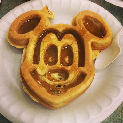 Quem nunca viu esse personagem? Aqui até as panquecas são a cara do Mickey...