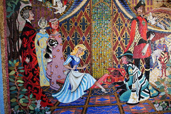 Mesmo com a alta do dólar gatas borralheiras podem se sentir Cinderellas neste lugar!  (Foto do mural da história da Cinderella no seu castelo).