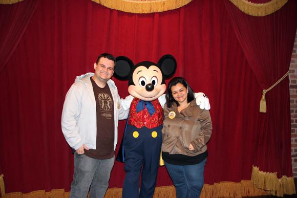Muito felizes por encontrar o Mickey, super simpático que até tentou arranhar o português: Vamos tirar uma foto?