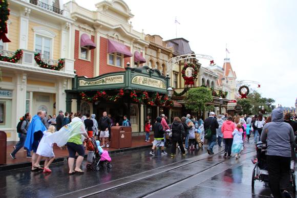 Várias lojas em toda Main Street com tudo da Disney!!!