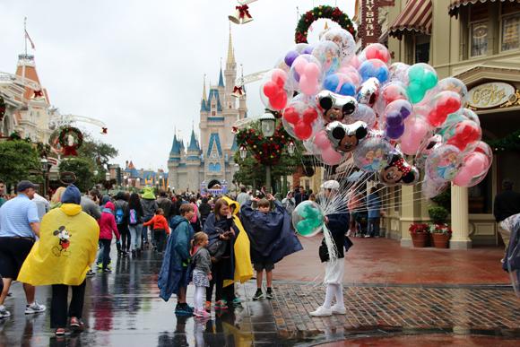Apaixonados por esses balões... Comprem nessa área do parque.