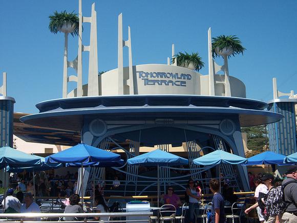 Tomorrowland Terrace - um lugar especial na área futurista do parque. Vale a pena descansar aqui enquanto assiste aos fogos.