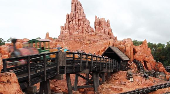 A primeira atração logo de vista, Big Thunder Railroad Mountain, muito emocionante!
