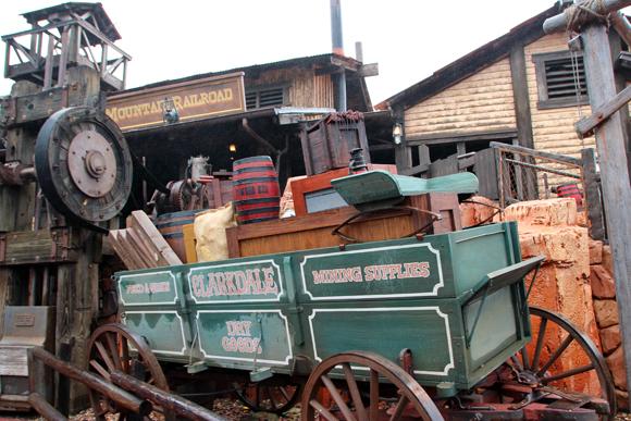 A decoração não poderia ser mais realista, até equipamentos antigos de mineração foram trazidos para cá.