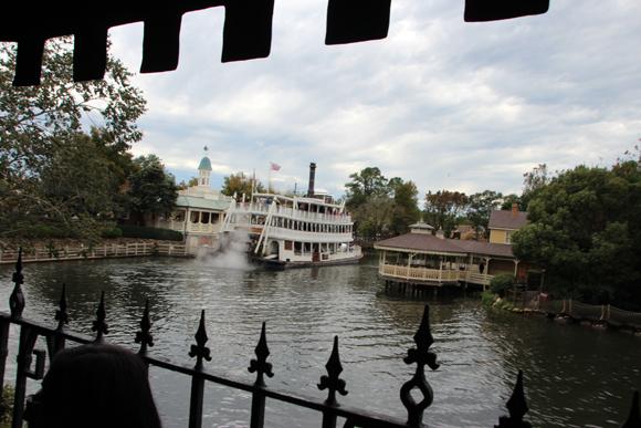 Liberty Square River Boat, um barco de época para um passeio relaxante pelo parque...