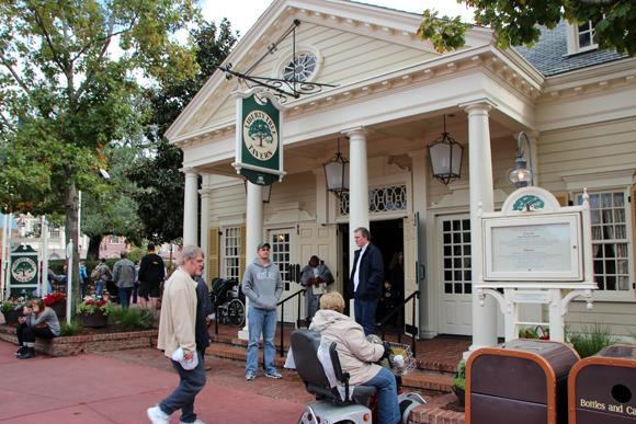 O restaurante Liberty Tree Tavern, comidas típicas você encontra aqui. Reserve com antecedência.