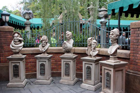 Cada figura... Enquanto você espera sua vez de entrar na mansão, vai passeando pelos jardins, com túmulos, lápides e bustos como estes...