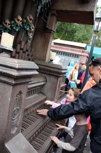 """Enquanto você está na fila pode curtir umas brincadeiras nos """"túmulos"""" da entrada..."""