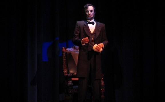 Os movimentos do presidente Lincoln fazem o show da atração.