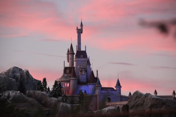 Detalhe do Castelo da Fera, sobre o restaurante, que devido a uma ilusão com perspectiva, parece ser muito maior do que realmente é.