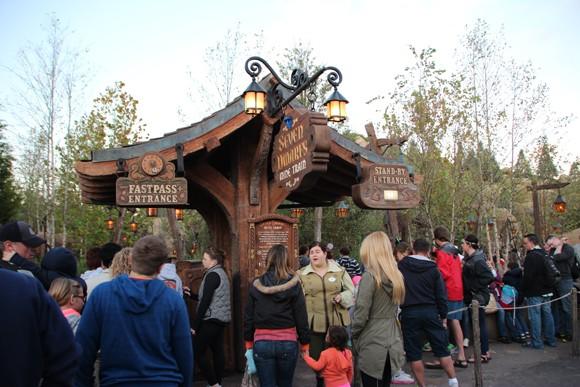 A mais nova montanha russa da Disney - Seven Dwarfs Mine Train - 90 minutos de espera sem FastPass.