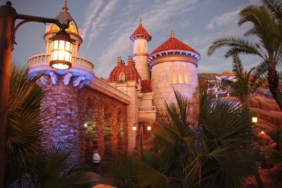 O castelo do príncipe da Pequena Sereia é o local da atração da mesma.