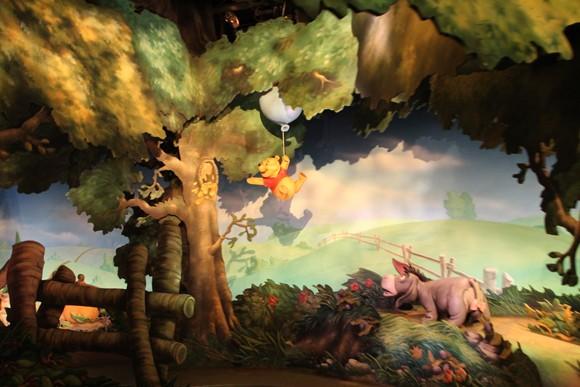 O Pooh voando em um balão e o Burro abaixo...