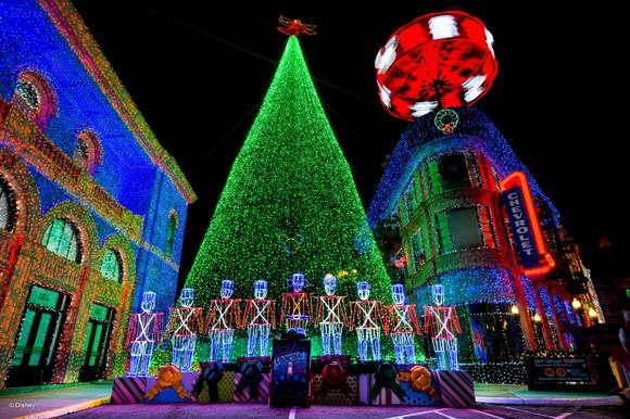 Hidden Mickeys, nessa foto vemos três: um na árvore, um no soldadinho de chumbo do meio e outro em formato de bandeira dos EUA na fachada do prédio à direita...