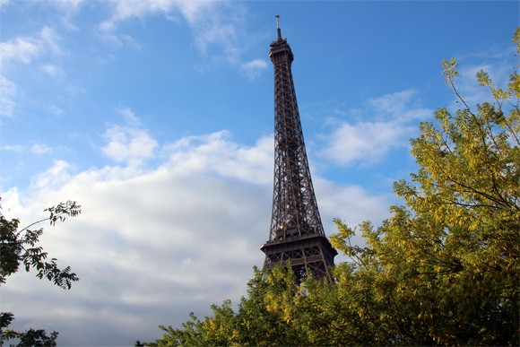 A Tour Eiffel, uma gigantesca Dama de Ferro no céu de Paris.