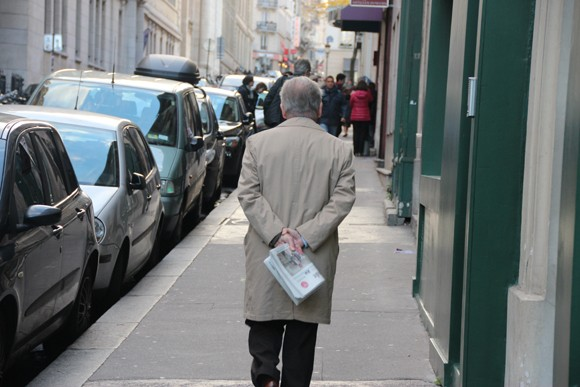 """Cotidiano em Paris, o senhor acabou de comprar um exemplar de """"Le Monde"""", 90% de chance de parar em um bistrot para tomar um cafezinho enquanto o lê."""