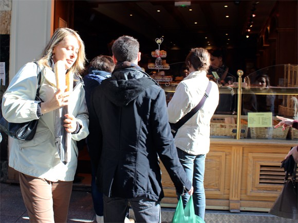 Mais do cotidiano parisiense, não poderia esquecer da famosa baguete debaixo do braços, rsrs