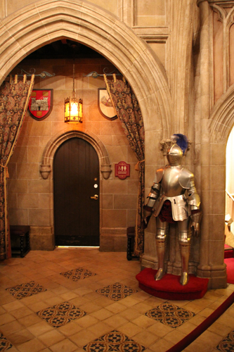 Armaduras medievais decoram o ambiente.