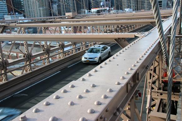 Uma ponte para carros, pedestres e ciclistas. Me lembrou muitas cenas de filmes.