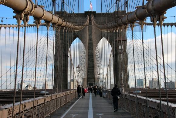 A ponte com seus milhares de cabos é um cartão postal da cidade imperdível
