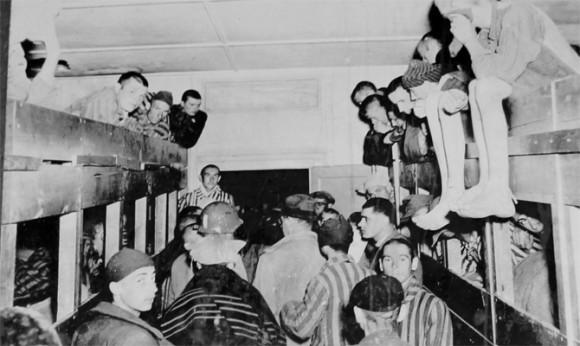 Prisioneiros no dia da libertação do campo de concentração.