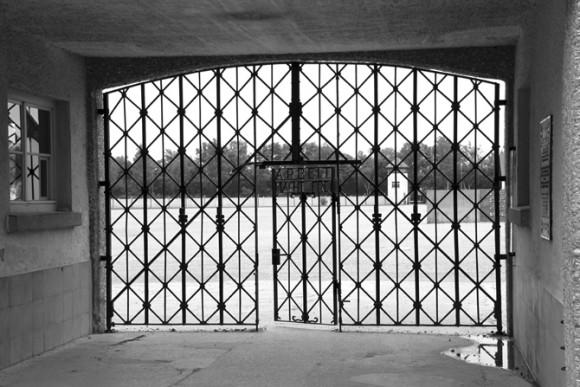 """""""O trabalho Liberta"""" - inscrição nos portões de entrada."""