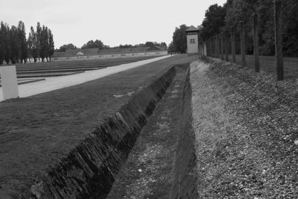 As cercas real eletrizadas, antecedidas por cercas de arame farpado e uma vala da morte. Ao chegar antes mesmo dessa vala, os prisioneiros já poderiam ser mortos, conhecida como zona da morte...